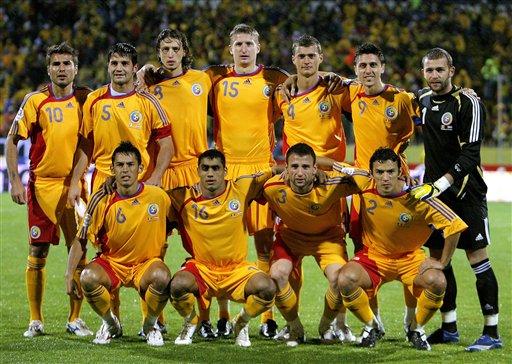 北京时间5月28日下午,即将参加2008欧洲足球锦标赛的罗马尼亚国家队公布了球队的23人最终名单,名将齐沃、洛邦特、穆图等人悉数入选,前锋布拉图成为了最后一名落选球员。罗马尼亚在本次欧锦赛中被分在C组,与意大利、法国、荷兰三支欧洲豪强同组,出线形势不容乐观。    罗马尼亚国家队23人名单:   门将:1-洛邦特(布加勒斯特迪那摩),23-斯坦西奥(克鲁日CFR),12-波帕(蒂米索亚拉);   后卫:2-孔特拉(赫塔菲),15-戈扬(布加勒斯特星),14-基奥尼亚(布加勒斯特星),4-陶马什(欧塞尔